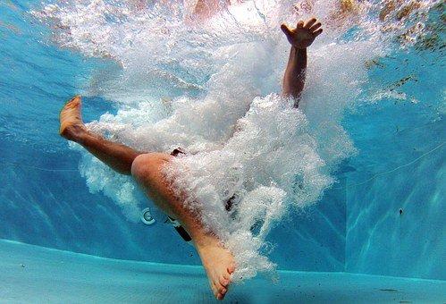 bazén člověk ve vodě