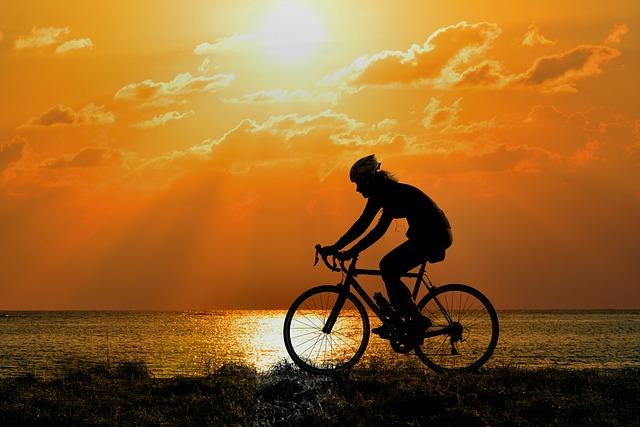 cyklista při západu slunce
