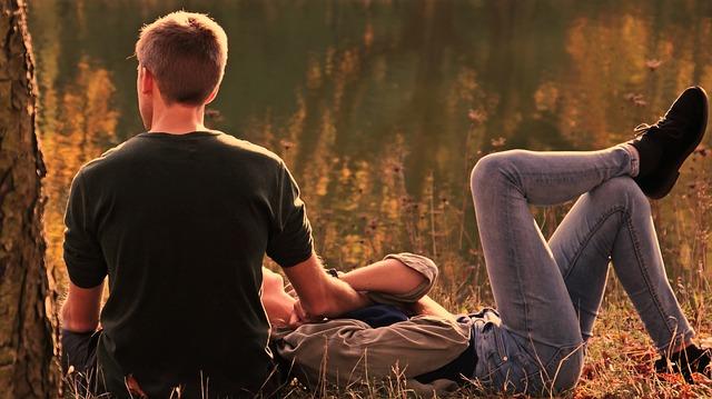 Pár – relax v trávě