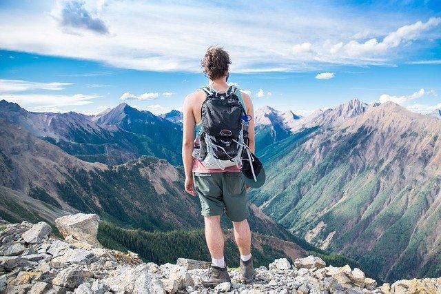 muž s batohem, hory
