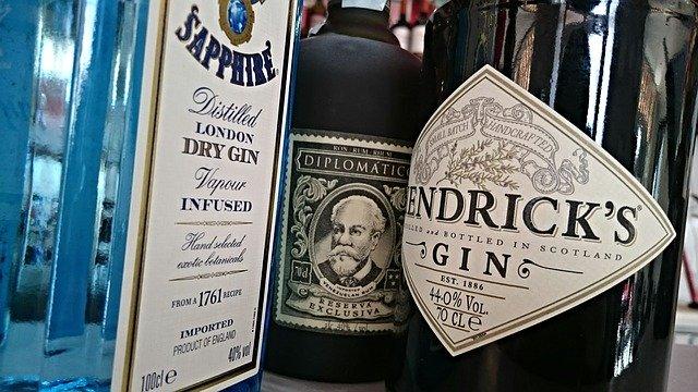 dvě láhve ginu a rum