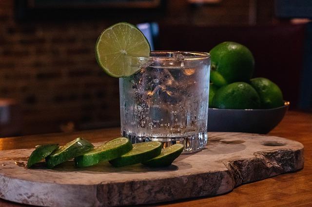 gin s tonikem a limetkou