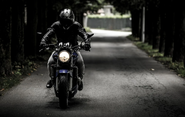 motorkář na motorce